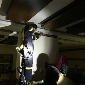 بالصورة: إخماد حريق داخل منزل في بيت مسك