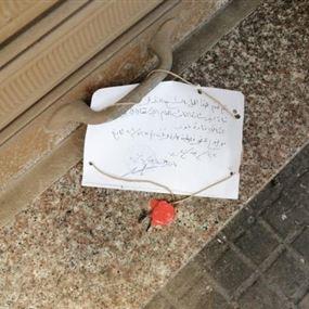 بالصور: إقفال مقهى في حارة حريك بالشمع الأحمر