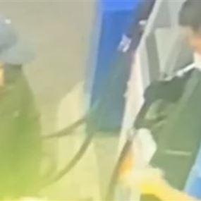 بالفيديو: اشهر مسدسه بوجه العامل واجبره على اعطائه المال