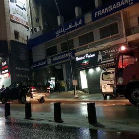 القاء قنبلة على فرع مصرف فرنسبنك في صيدا (صور)