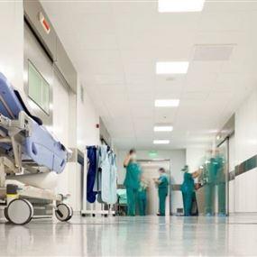 اشكال في أحد المستشفيات.. وتعرّض ممرّض للضرب