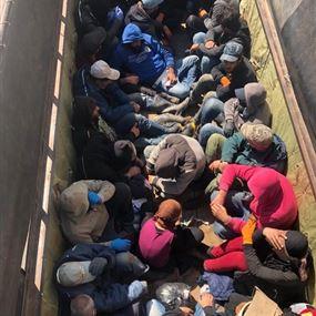 قوى الأمن تضبط شاحنة محملة بـ25 عاملا