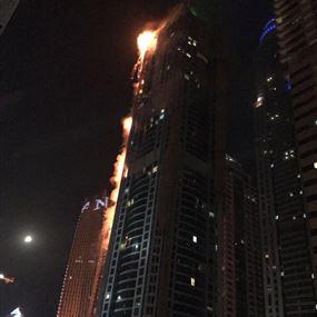 بالصور والفيديو: حريق هائل في أحد أبراج دبي