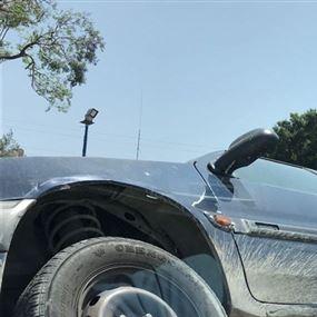 بالصور: سيارة تصطدم بالفاصل على طريق يسوع الملك