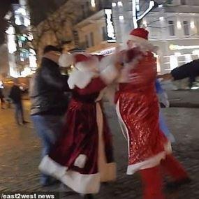 عراك بابا نويل يرعب الأطفال ويكشف الحقيقة الصادمة