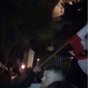 تجمّع عدد من المحتجين أمام منزل الصحناوي في الأشرفية (فيديو)