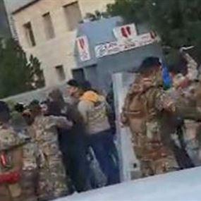 تدافع بين الجيش ومحتجين في طرابلس وإصابة شاب برصاص مطاطي