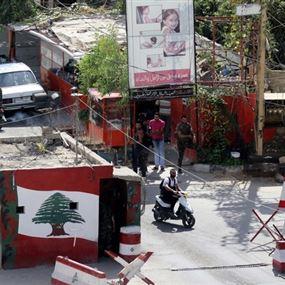على الحاجز.. حطّموا لافتات تحمل شعار الجيش اللبناني