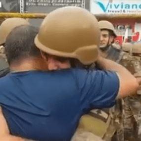 بالفيديو: عناق وبكاء بين متظاهر وجندي في الجيش اللبناني