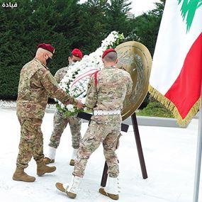 قائد الجيش يضع اكليلاً من الزهر على نصب شهداء الجيش