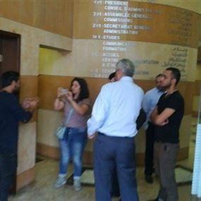بالصور: محتجون يقتحمون مبنى جمعية المصارف في الجميزة