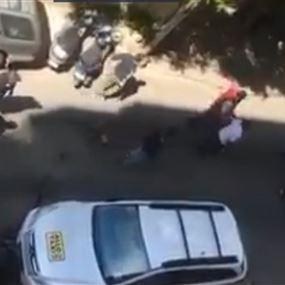 بالفيديو: ذعر في شارع الحمرا.. إشكال وتضارب ورصاص!