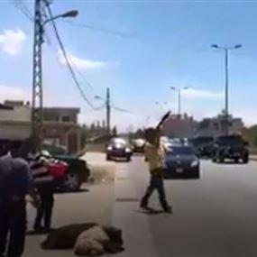 بالرصاص والقذائف.. هكذا استُقبل رضا المصري (فيديو)