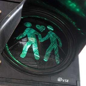 إشارات المرور تحتفل بعيد العشاق على طريقتها!