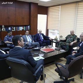قائد الجيش يجتمع بقادة الاجهزة الامنية في اليرزة