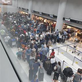 بعد تداول صور الإكتظاظ في المطار.. مديرية الطيران: عطلٌ هو السبب