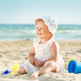 أبسط الوسائل لتحمي طفلك من أشعة الشمس في هذا الموسم!