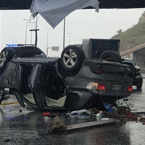 انقلاب سيارة من على جسر الرويال في ضبية (فيديو وصور)