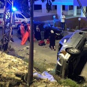 جريح باصطدام سيّارة بعمود كهربائي وانقلابها