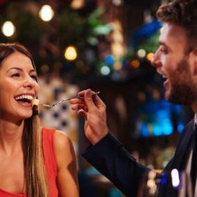 مطعم يقدّم حبيباً للإيجار في عيد الحب.. والسهرة تنتهي بمفاجأة!