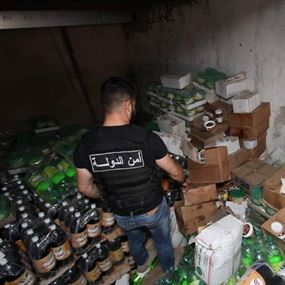 بالصور: أمن الدولة تداهم مستودعاً للمواد الغذائية.. الفاسدة!
