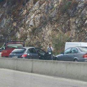 بالصورة.. تصادم بين 6 سيارات على طريق عام حريصا
