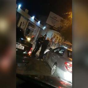 بالفيديو.. مواطن يعتدي على عنصر في قوى الأمن الداخلي