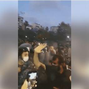 بالفيديو: تدافع بين القوى الأمنية والمتظاهرين أمام وزارة الداخلية