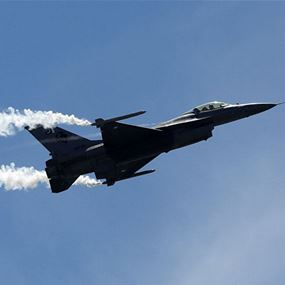 لحظة سقوط الطائرة الإسرائيلية التي استهدفها الجيش السوري