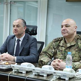 وزير الدفاع يوضح ما يُحكى عن تخفيض رواتب العسكريين