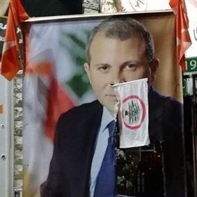 فيديو يُظهر المعتدي على صورة الوزير جبران باسيل في بعبدات