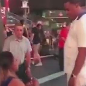 بالصور: طلبت يد حبيبها بالركوع على ركبتها أمام حشد من الناس!
