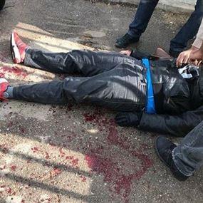 بالصور: طعنه بالسكين أمام شركة كهرباء لبنان