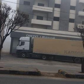 بالصورة: أقفل مدخل المصرف بشاحنة نقل طويلة
