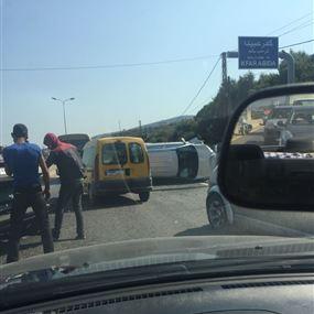 انقلاب سيارة على جسر المدفون قرب حاجز الجيش
