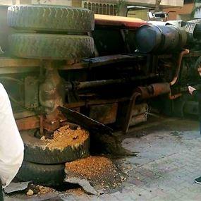 بالفيديو: إنقلاب صهريج للمياه في شارع سوق الكسليك