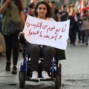 فتاة تشغل مواقع التواصل: انا رح قوم عن الكرسي وانتو بعد ما قمتوا