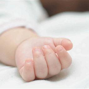 طفل حديث الولادة جثة في حاوية للنفايات
