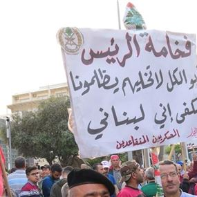 وقفة للعسكريين المتقاعدين على طريق القصر الجمهوري