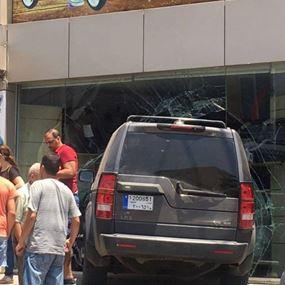 بالصور:  سيارة تجتاح محلاً لبيع الألعاب في زغرتا