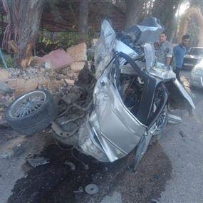 قتيل و4 جرحى اثر اصطدام شاحنة بجدار أحد المنازل (صور)