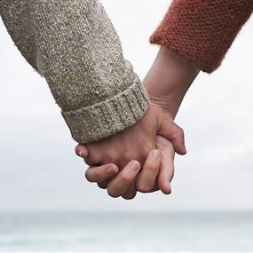 سحر اللمس.. هذا ما يفعله تشابك الأيدي بين الزوجين