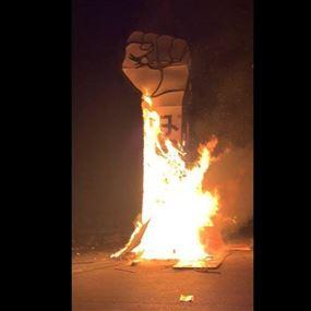 إحراق شعار قضبة الثورة في وسط بيروت (فيديو)