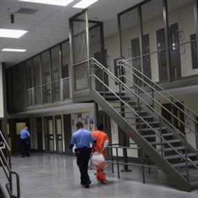 قتيل بشغب جماعي داخل سجن أميركي