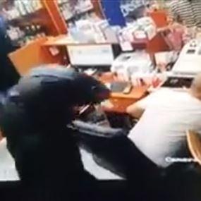 بالفيديو: سطو مسلح على صيدلية في سن الفيل