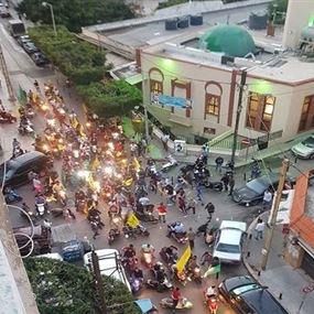 بالفيديو: إشكال نتيجة رفع أعلام حزبية على تمثال للحريري
