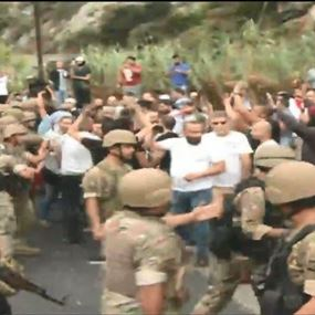 بالفيديو: الجيش اللبناني يفتح أوتوستراد نهر الكلب بالقوة