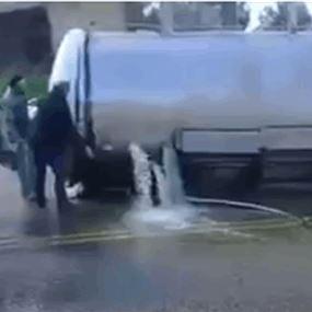 بالفيديو.. انقلاب خزان زيت من شاحنة على الطريق العام