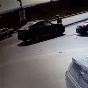 طلب من السائق الالتزام بقانون السير إلاّ أن الأخير لم يلتزم وقام بدهسه!