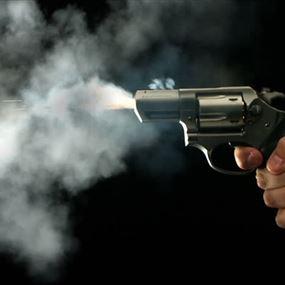 قُتل الإبن وأصيب الوالد إصابة حرجة باطلاق نار على المنزل